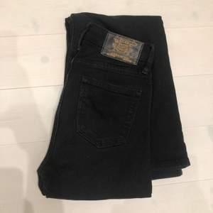 Ett par svarta jeans från Crocker i modellen flare och storlek 25/33 och passar mig som är 167cm och har 24/32 på weekday bra🖤🖤använda men i gott skick.