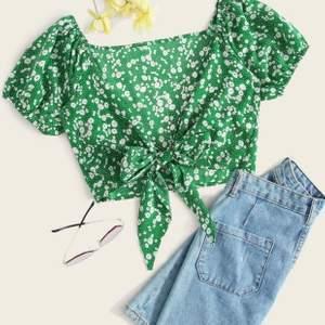 En supersöt grön topp med blommor på. Använd ca. 3-5 gånger. Superbra skick även fast den är ifrån SHEIN. Möts upp i Stockholm eller fraktas. Orginallpriset 95 kr 🤍🌱🌺