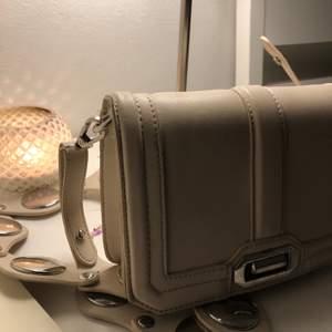 Superfin liten beige väska som passar till det mesta, den har avtagbar axelrem och är köpt på GinaTricot för ett tag sen men har bara använt en gång. I bra skick bortsett lite repor på silverdetaljerna (sista bilden). Frakt tillkommer🦋