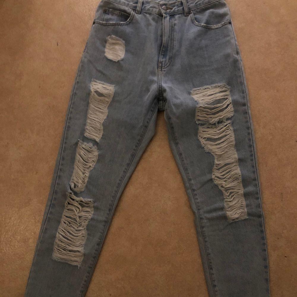 Säljer nu mina dr denim jeans då de tyvärr inte passar längre de är köpte för nått år sedan för 600kr inte använda så ofta sedan dess så de är i väldigt bra skick, bara att skriva vid frågor🥰. Jeans & Byxor.