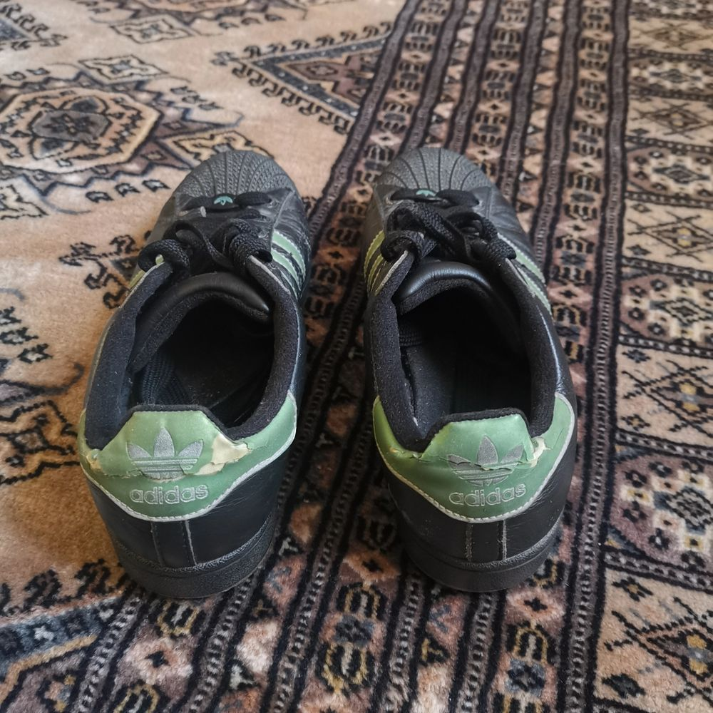 Säljer mina gamla klassiska adidas old school trainers i storlek 39.1/2. Skorna har varit med mig sedan 2006 och köpt på Dubai mall of the Emirates från adidas butik. . Skor.