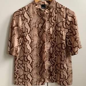 Djurmönstrad kortärmad skjorta. Storlek 36/S. Använd fåtal gånger.