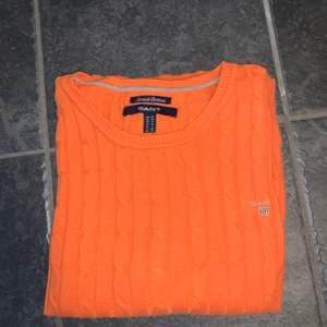 Orange kabelstickad tröja från Gant. Storlek XS.  Först till kvarn på alla plagg, ingen budgivning. Ange vilket pris du skulle vilja köpa plagget för så kan vi komma överens om ett bra pris där båda blir nöjda.