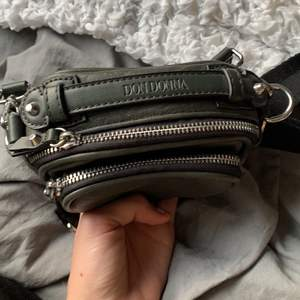 Supersnygg grön väska från dondonna använd 3 gånger pga att jag har för många väskors den kommer aldrig till användning! Lagom storlek perfekt om man vill ha en liten detalj! Mörk grön färg som ses som svart för många:) Köparen står för frakt! Budgivning👇