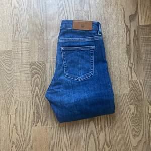 Blå gant jeans, egen slits på sidorna av byxan