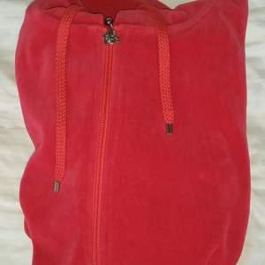Röd velour kofta från Cubus i strl xs. Säljs pga den inte kommer till användning. Skriv för fler bilder eller frågor🥰