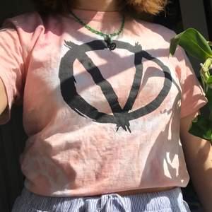 T-shirt med tryck som jag färgade rosa själv för jättelängesen 🌞alla plagg för 30kr, 5 plagg för 100kr!!!!