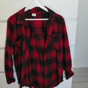 Oanvänd skjorta från gina tricot i storlek 38, fin om man knyter vid naveln! Säljer för 120 ink frakt! Kontakta för frågor/bilder