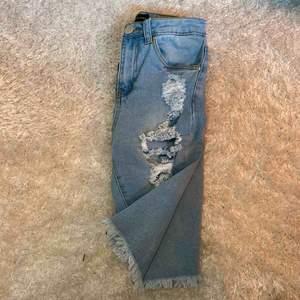 Shorts som kommer till knäna med slitningar framtill. Högmidjade från plt. Använda ett fåtal gånger och formar rumpan fint! Frakt tillkommer