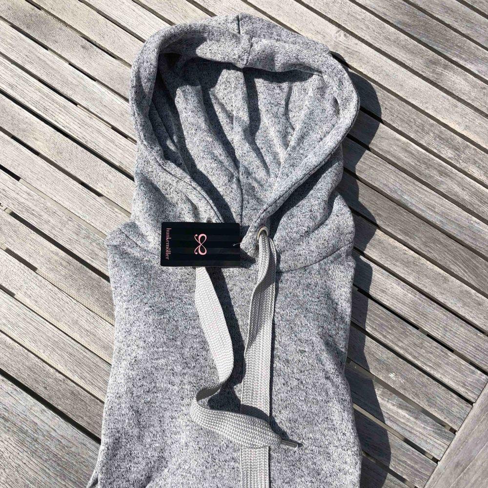 Helt ny hoodie från hunkemöller. Köpt för ett tag sedan men har tyvärr bara legat i garderoben. Den är lite kortare i modellen och tunnare än en vanlig hoddie. Den har även rynkade detaljer på ärmarna🥰. Huvtröjor & Träningströjor.