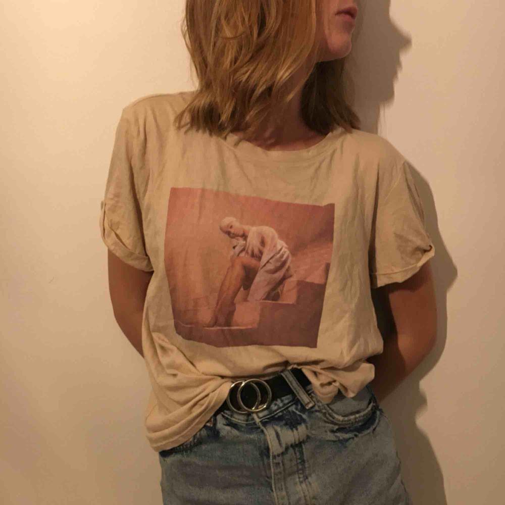 Sjukt snygg tröja från Ariana Grande X hm, använd max 5 gånger och säljs då de inte längre passar min stil. Frakt tillkommer om ej möte i Kalmar . T-shirts.