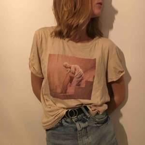 Sjukt snygg tröja från Ariana Grande X hm, använd max 5 gånger och säljs då de inte längre passar min stil. Frakt tillkommer om ej möte i Kalmar