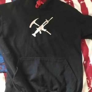 Är en fortnite hoodie som jag köpte för 2 år sen har använt den 5 gånger jag säljer den för att jag inte spelar det spelet längre och pris som jag köpte den va 500