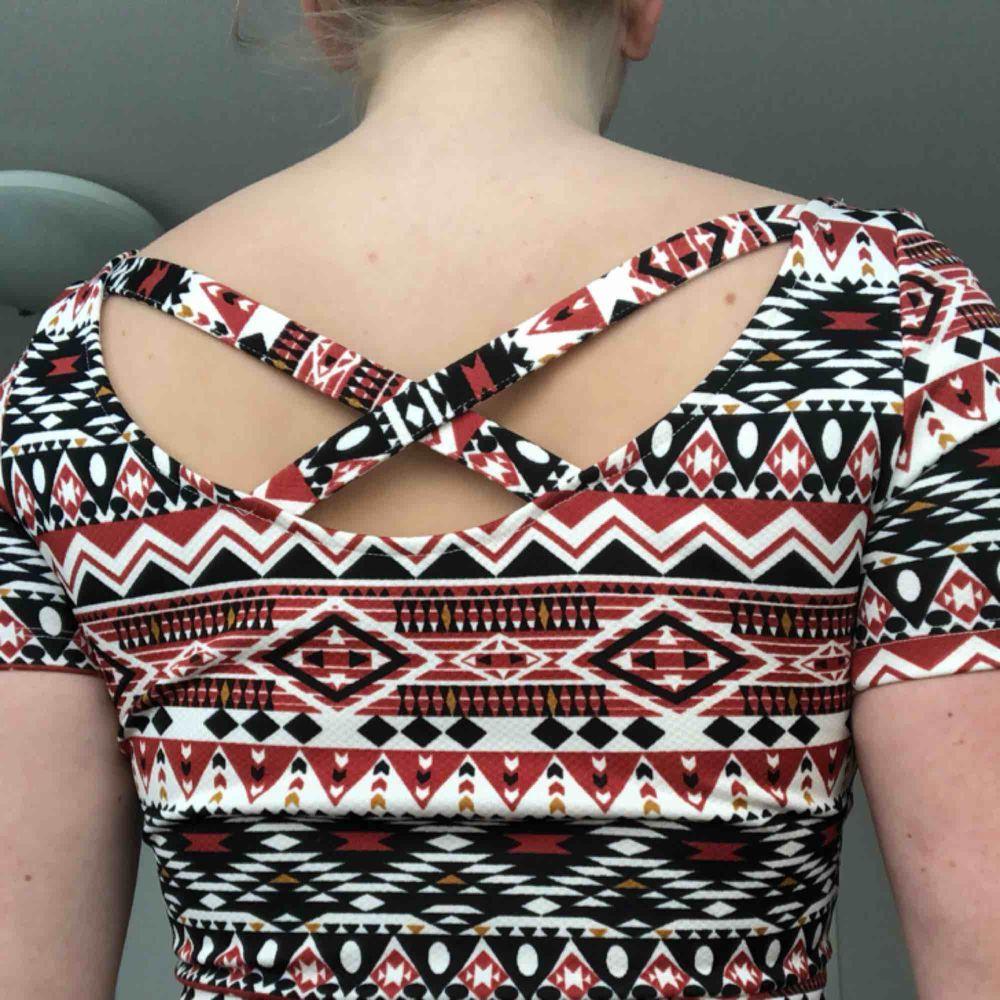 Klänning i suuuper bra skick! Bara använt 1 gång. Säljer pga jag har bytt stil. Denna klänning är väldigt bekväm och är guld till ett par snygga kängor.  Kjolen börjar ganska högt upp ca 1 dm över naveln.  Köparen står för frakten😊. Klänningar.