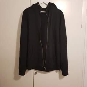 Väldigt snygg och enkel hoodie från Peak Performance med dragkedja. Använd fåtal gånger. Är i XL men sitter mer som en L. Nypris var 1200kr.