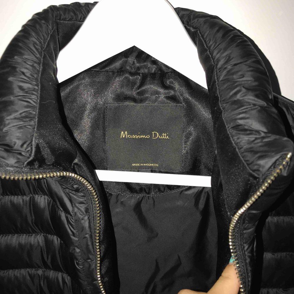 Svart dunjacka från Massimo Dutti i storlek M. Perfekt jacka till hösten med en tshirt eller hoodie under! Använd väldigt fåtal gånger. Köparen står för frakt och pris kan diskuteras vid snabb affär! . Jackor.