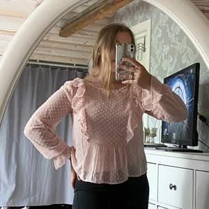 Säljer min fina rosa blus med lappen kvar, nypris 150 kr mitt pris 90 kr💕 (bär ett rosa linne under) köpare står för frakten