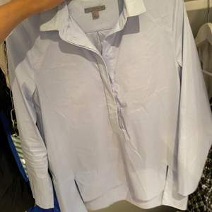 Fin ljusblå skjorta i skönaste materialet från COS❤️🔥
