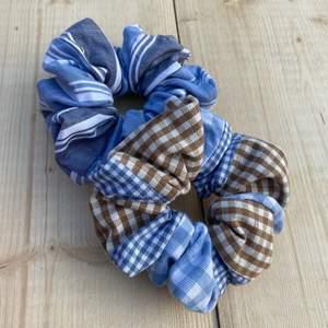 Rutiga och randiga scrunchies gjorda av stuvbitar. Gjorda av olika småbitar den ena bara randig och den andra rutig 🌸☀️ Stora och härliga! 25 kr/st eller båda för 45!
