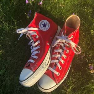 Säljer nu mina röda converse, storlek 40!❤️ Dom är så otroligt snygga men tyvärr för stora för mig! Dom är i väldigt bra skick utan några defekter! Köptes i en butik i USA så dom är äkta! ❤️ Buda minst 20kr!