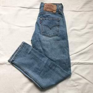 Jeans från Levis i snyggaste blå färgen i modellen 501. Tyvärr för små för mig 🙁 Köpta vintage och små i storleken, midjan är ca. 32cm rakt över. Färgen syns bäst på andra bilden.