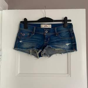 Kortare jeansshorts från Hollister. Använd 1-2ggr. Finns i Malmö. Storlek 3 W26, så skulle säga det passar storlek XS-S.