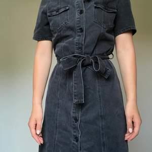 Jeansklänning i en urtvättad grå färg. Från märket next är i storlek 10 (38) men passar mig som vanligtvis har stl 8 den är inte stretchig och tajt över bröstet (för att vara stl 10)
