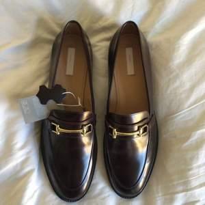 Nya loafers i mörkbrunt läder.