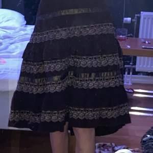 En sån vacker kjol som jag har köpt seconhand för 300 kronor! <3 Jag är 1,59 och den är ner till knäna på mig 💗 Priset går absolut att diskutera, bara att fråga om du vill ha mer bilder! Man får med ett snöre som man knyter runt om den är för stor!
