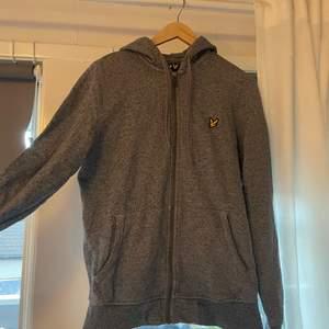 Herr luv- tröja från Lyle & Scott i storlek M i fräsch skick i en snygg grå färg! Funkar för både tjejer och killar,