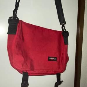 En as snygg röd eastpak väska
