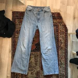 Jättefina yoko jeans från monki. Jätte vida ben som går till fotknölarna på mig som är 175cm. Fint skick:) storlek 39 men passar även 38.