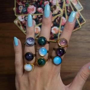 Kristall ringar, hemmagjorda, äkta kristaller med justerbar ring. ✨🌿 Kristallerna är; Ametyst, Opal, Green Aventurine, den röda och mörkblå är jag osäker på. ✨ Skriv gärna om ni har frågor, vi skickar alltid inom 2 dagar och frakten är 12:- 💜 Vi samfraktar annat från profilen med 💜 På sista bilden ser ni alla ringar vi har färdiga.