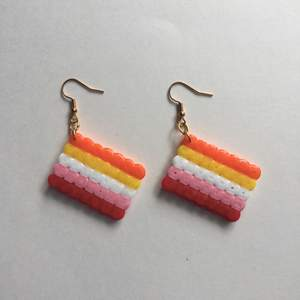 Egengjorda nickelfria örhängen av lesbiska flaggan 🧡💛🤍💖❤️ Andra prideflaggor finns på min sida!