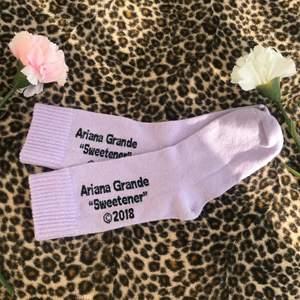 """Säljer mina Ariana Grande Sweetener strumpor <3 Dem är köpta från primark i USA. Jättefina och bra kvalitet. Strumporna är helt oanvända, jag har bara haft dem som prydnad. Strumporna är ingen speciell storlek utan """"One size"""""""
