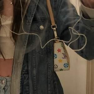 Säljer min fake LV handväska!! Superfin och har använt ett par gånger. Köpt på second hand. Säljer endast då jag är i behov av pengar💕