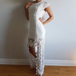 Jättevacker vit brudklänning i spets med öppen rygg, spets släp, storlek: 38. Klänningen är lite stor på mig (som vanligtvis 34/36).