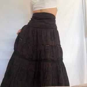Undernar brun kjol med röda och svarta detaljer. Går att bära även som klänning vilket syns på sista bilden. Perfekt för dig som söker the fairycore vibe! Visas på en s men passar även m. Stängs med dragkedja i sidan. Köpare står för frakt. Gott second han skick