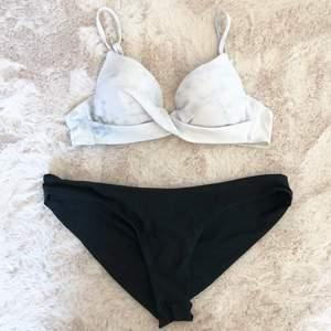 Bikiniset bestående av en marmorfärgad överdel med justerbara band samt en vanlig enkel underdel med krås baktill (se bild). Går att köpa underdelen och överdelen separat (20kr styck). Underdelen har storlek L och överdelen 80A. Tvättas självklart före sändning.
