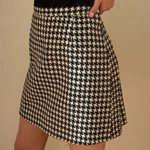 En mönstrad kjol i svart och vitt från ett lyxigare märke i Frankrike som heter Antonelle Paris. Storlek 44/L. Den är för stor för mig och därför håller jag i den längst upp på bilderna (kolla andra bilden). Den är i nyskick med väldigt fint material. 100% bomull och har en knapp och dragkedja i sidan. Skriv vid funderingar. Kan mötas i Umeå eller skicka om köpare står för frakt. Spårbar frakt: 66kr, icke-spårbar frakt: 30kr.