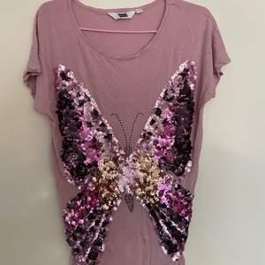Fin fin tröja med stor fjäril gjord av paljetter! Strl 158-164 men sitter som en S :)