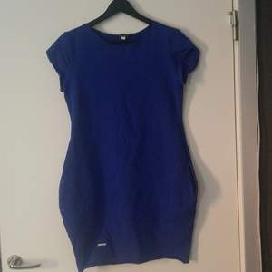 Två klänningar, en marinblå och en rosa  båda med fickor (blå är såld)