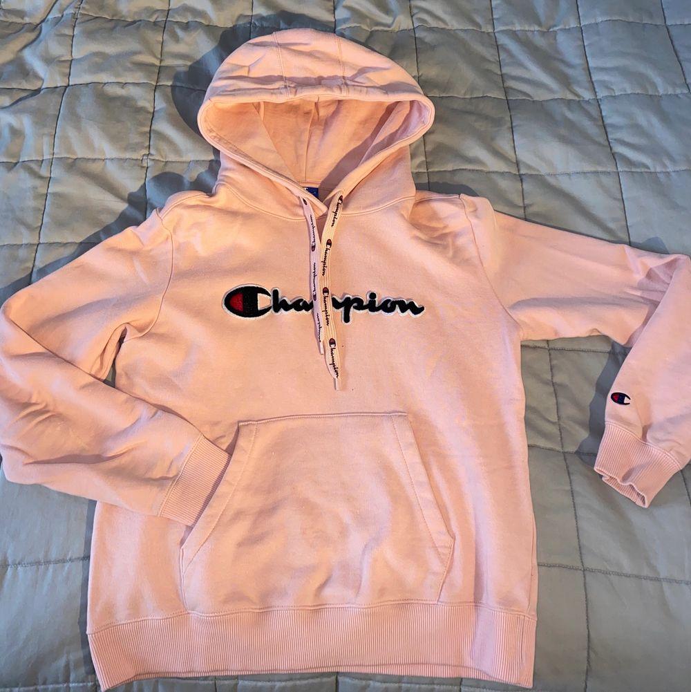 Denna hoodie är så så så skön. Väldigt sparsamt använd, säljer då den är för liten. Huvtröjor & Träningströjor.