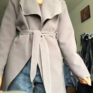 jättefin brun/beige/grå kappa i filt från boohoo!! tunn och perfekt till våren och sommaren🥺🥺💞✨