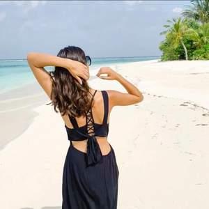 Jättefin strandklänning som går ner till fötterna på mig som är 175cm