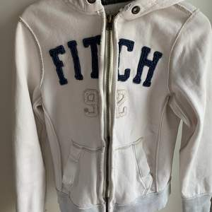 """Säljer den här super fina hoodien som tyvärr inte längre kommer till användning:// (den ska se lite """"sliten"""" ut)"""