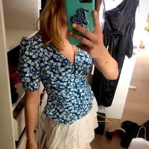 Söt blus, super fina färger till sommaren. Använder aldrig därav säljer jag. Nyskick