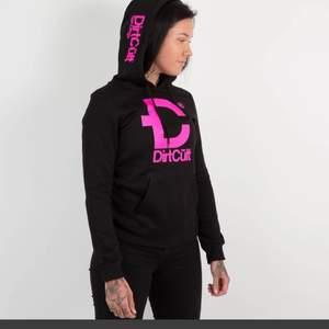 Lånad bild. Säljer min dirt cult hoodie, lika dan som på bilden. Storlek S. Anvämd och tvättad 1 gänf så den är som ny.