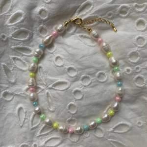 Halsband gjort av äkta stora sötvattenspärlor🌸Pastellfärgade glansiga pärlor🐚 Ta beställning på @emmaxjewelry (Instagram) eller hör på Plick, Hör av dig! ☺️