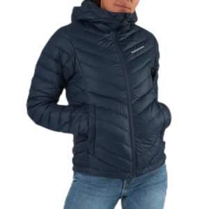 Säljer min marinblåa peak jacka då den inte längre används. Den är i bra skick och ser ut som på bilden. Fler bilder kan skickas vid intresse. Ordinarie pris ca 2700 kr.
